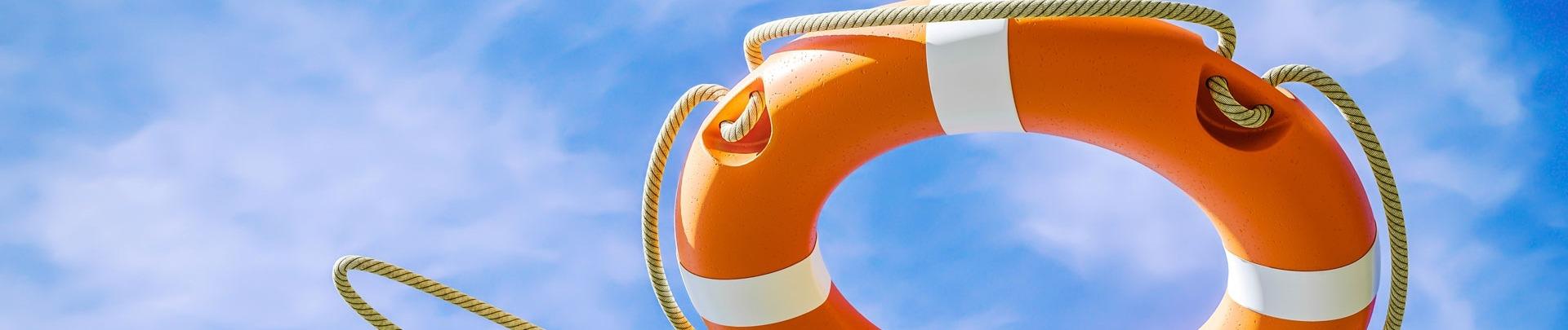 Oranje reddingsboei op wolkenachtergrond