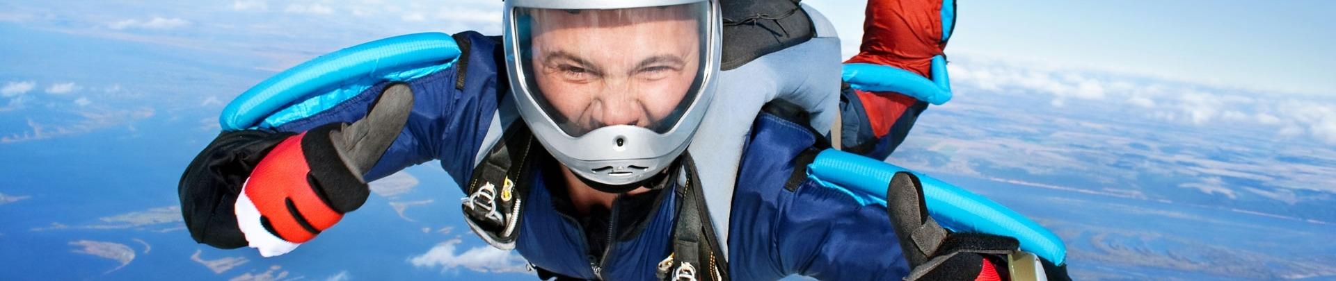 Skydiver valt door de lucht. met de duimen omhoog! Parachutespringen is leuk!