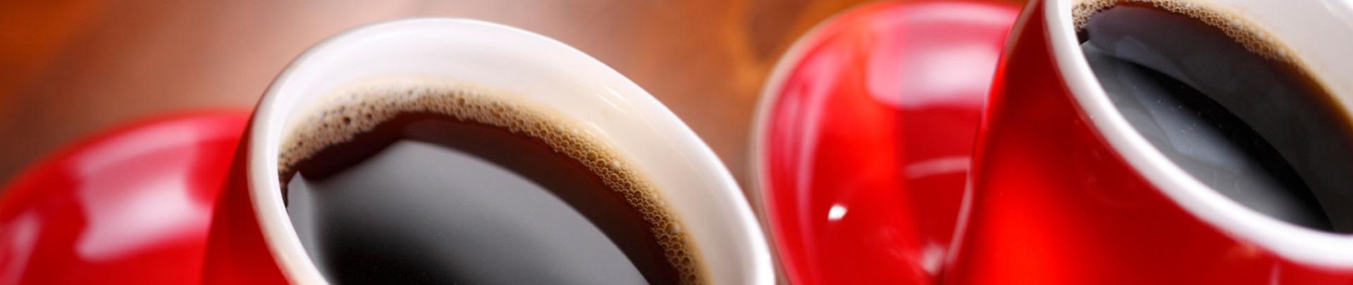 2 rode kopjes gevuld met koffie